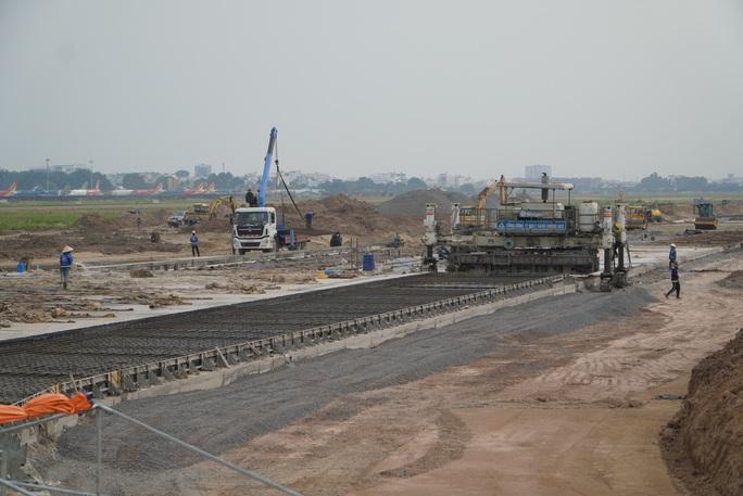 Đồng loạt đẩy nhanh thi công cùng lúc 8 đường lăn sân bay Tân Sơn Nhất  - Ảnh 2.