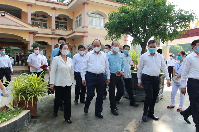Chủ tịch nước Nguyễn Xuân Phúc tiếp xúc cử tri  ở huyện Củ Chi - Ảnh 2.