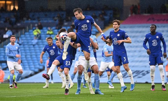 Thua ngược Chelsea ngỡ ngàng, Man City hoãn ngày vui vô địch - Ảnh 1.