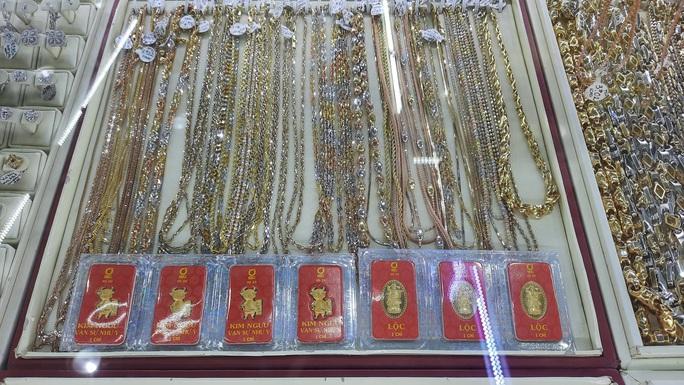 Giá vàng hôm nay 1-6: Tỏa sáng mạnh mẽ dù các quỹ đầu tư bán 2,3 tấn vàng - Ảnh 1.