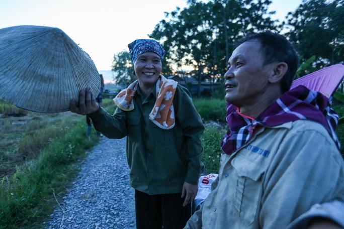 CLIP: Nắng đỉnh điểm, nông dân Hà Nội ra đồng gặt lúa vào ban đêm - Ảnh 7.