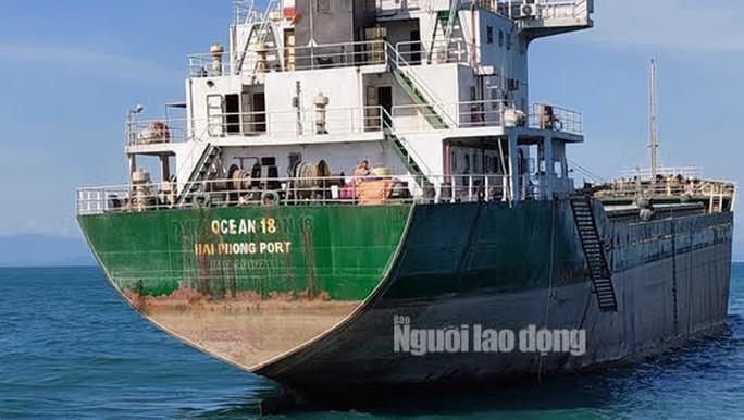 Quảng Bình: Va chạm tàu hàng, 1 tàu cá chìm xuống biển - Ảnh 2.