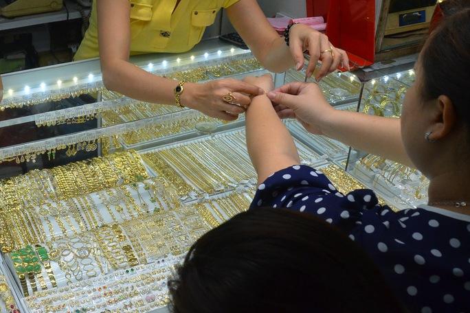 Giá vàng hôm nay 1-6: Vàng SJC tăng mạnh cuối ngày, chênh lệch mua - bán quá lớn - Ảnh 1.