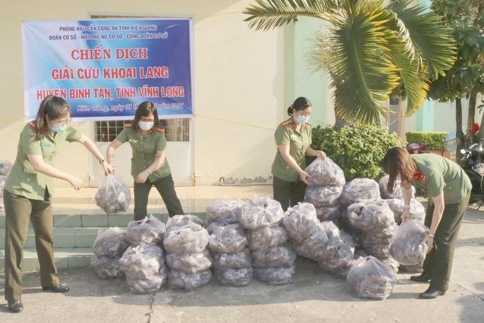 Công an Kiên Giang chạy xe máy giải cứu khoai lang giúp nông dân Vĩnh Long - Ảnh 2.