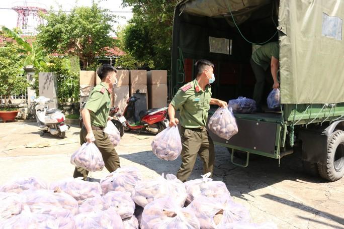 Công an Kiên Giang chạy xe máy giải cứu khoai lang giúp nông dân Vĩnh Long - Ảnh 3.