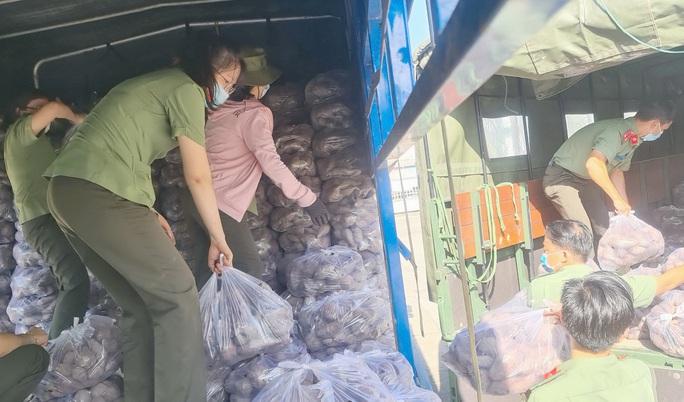 Công an Kiên Giang chạy xe máy giải cứu khoai lang giúp nông dân Vĩnh Long - Ảnh 1.