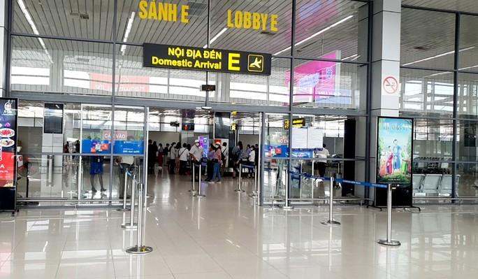 Hành khách từ TP HCM lại tất bật hoàn, hủy vé máy bay do dịch Covid-19 - Ảnh 1.