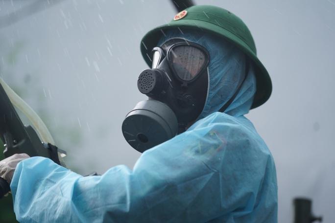 Cận cảnh dàn xe đặc chủng phun khử khuẩn các điểm nóng ở Gò Vấp - Ảnh 8.