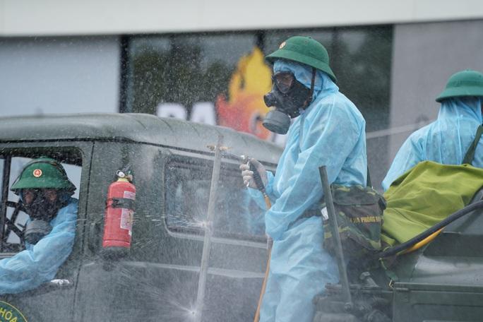 Cận cảnh dàn xe đặc chủng phun khử khuẩn các điểm nóng ở Gò Vấp - Ảnh 10.