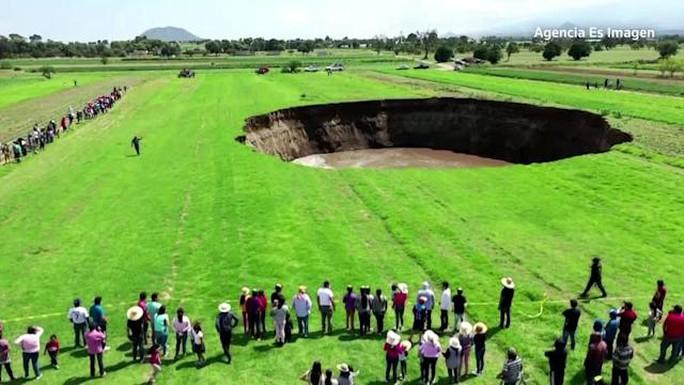 Mexico: Hố tử thần lan rộng, hơn cả sân bóng đá - Ảnh 4.