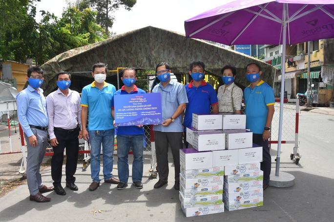 Chương trình Thực phẩm miễn phí cùng cả nước chống dịch đến quận Gò Vấp - Ảnh 7.