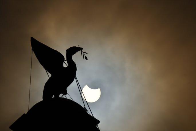 Chiêm ngưỡng nhật thực vòng lửa Bắc Cực xuất hiện khắp thế giới - Ảnh 3.