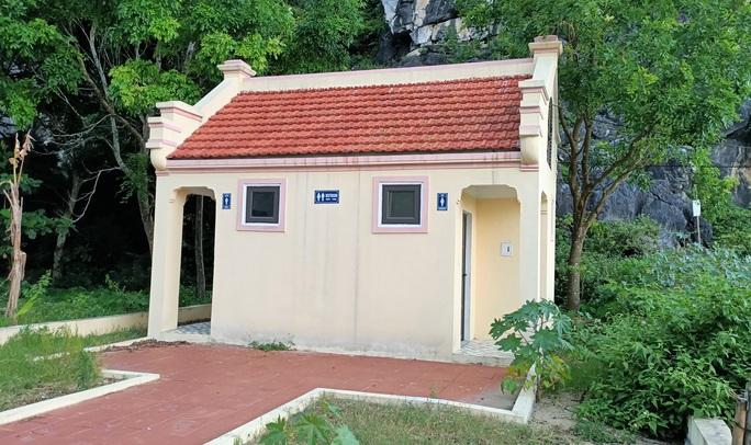 Nhà vệ sinh xây theo mẫu, huyện làm hết 300 triệu đồng, TP Thanh Hóa hơn nửa tỉ - Ảnh 2.