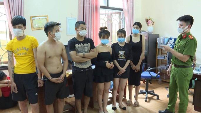 Hơn 40 thanh niên nam, nữ bay lắc ở nhiều phòng VIP quán karaoke - Ảnh 1.