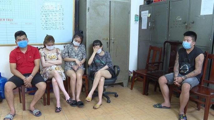 Hơn 40 thanh niên nam, nữ bay lắc ở nhiều phòng VIP quán karaoke - Ảnh 2.