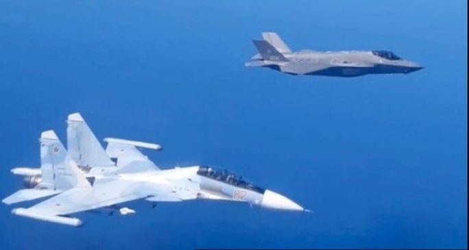 Máy bay chiến đấu Su-30SM của Nga và F-35A của NATO ghìm nhau trên biển Baltic - Ảnh 1.