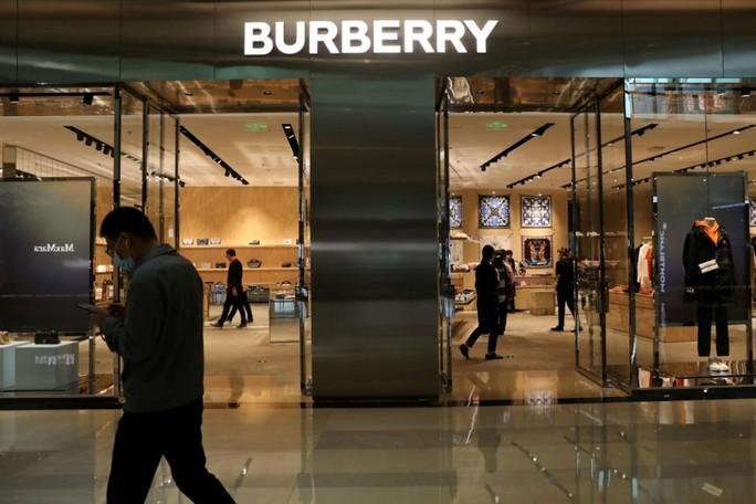 Ý: Bắt chủ cơ sở người Trung Quốc gia công hàng Burberry bóc lột lao động - Ảnh 1.