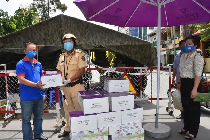 Chương trình Thực phẩm miễn phí cùng cả nước chống dịch đến quận Gò Vấp - Ảnh 8.