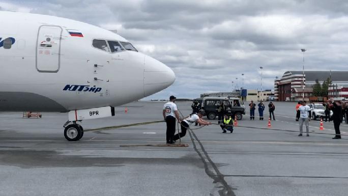 Gấu Siberia kéo máy bay Boeing nặng 40 tấn, phá kỷ lục tại Nga - Ảnh 1.