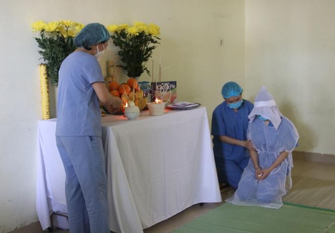 Mẹ mất đột ngột, nữ điều dưỡng không thể về chịu tang - Ảnh 1.