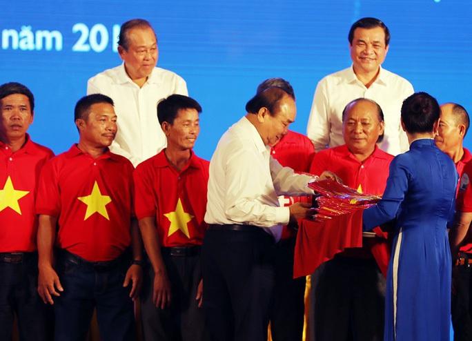 Chủ tịch nước Nguyễn Xuân Phúc gửi tặng 5.000 lá cờ cho Chương trình Một triệu lá cờ - Ảnh 1.