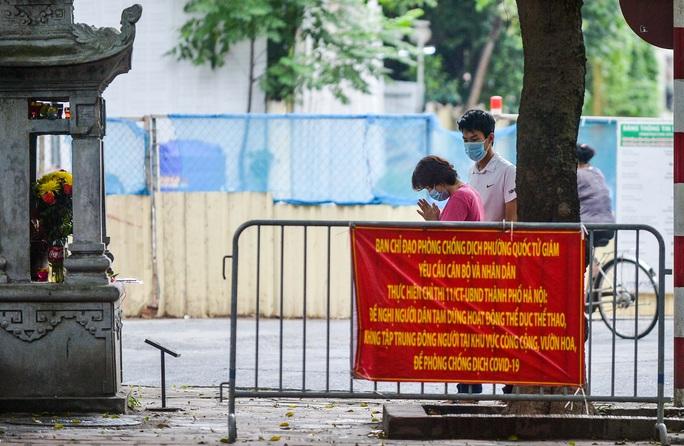 CLIP: Các sĩ tử đội mưa vái vọng ở Văn Miếu trước kỳ thi vào lớp 10 - Ảnh 4.