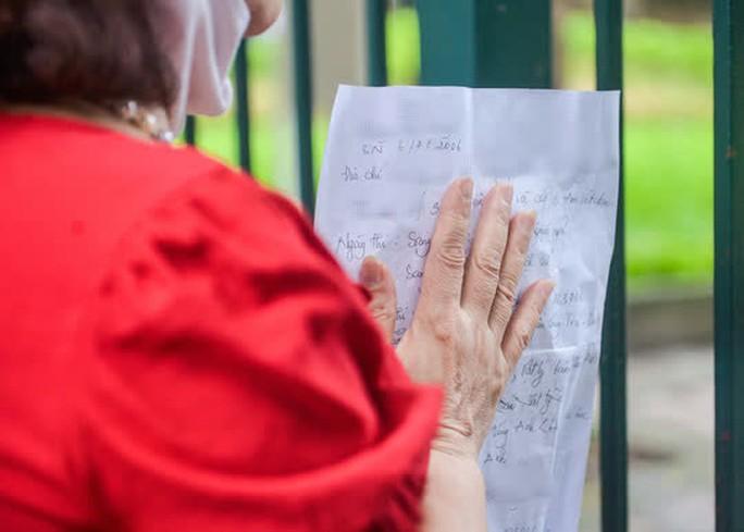 CLIP: Các sĩ tử đội mưa vái vọng ở Văn Miếu trước kỳ thi vào lớp 10 - Ảnh 9.