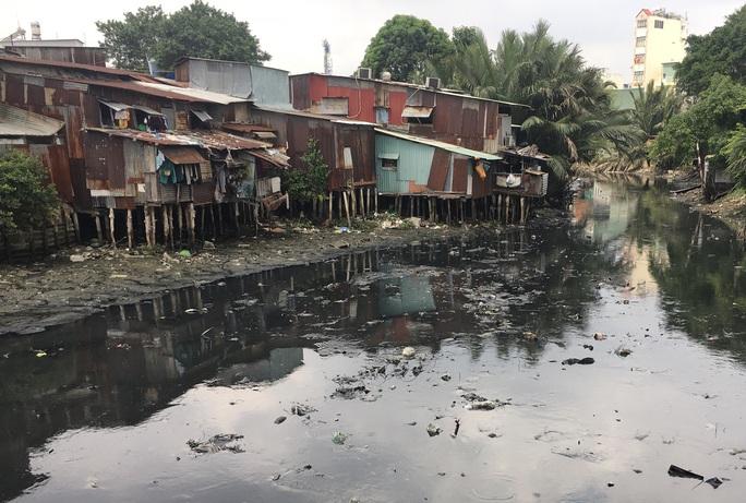 Hàng ngàn căn nhà tạm ven kênh rạch ở TP HCM có nguy cơ sụp đổ - Ảnh 1.