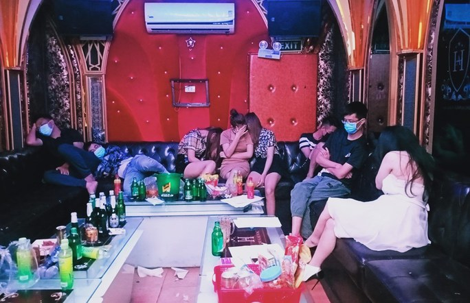 31 dân chơi tụ tập tới quán karaoke New 5 sao bay, lắc giữa mùa dịch - Ảnh 1.