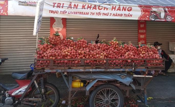 Vải thiều tràn ngập thị trường trái cây TP HCM - Ảnh 1.