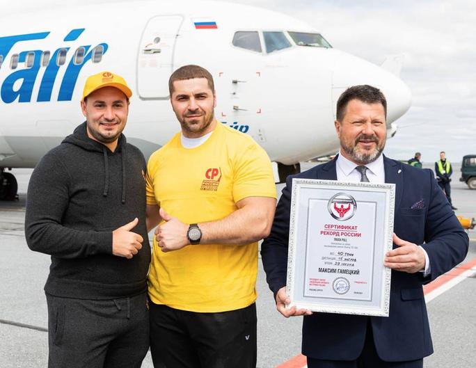 Gấu Siberia kéo máy bay Boeing nặng 40 tấn, phá kỷ lục tại Nga - Ảnh 4.