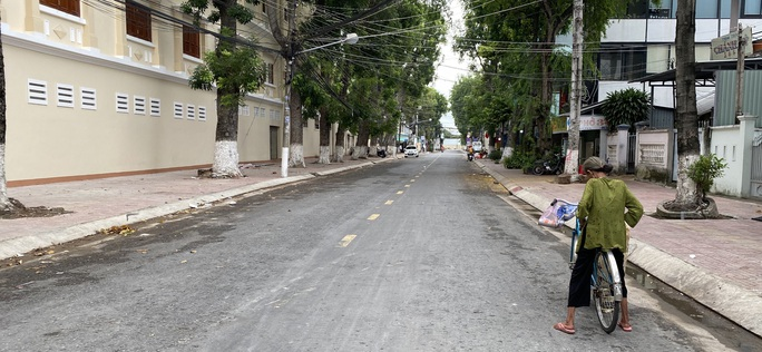 CLIP: Đường phố Tiền Giang vắng tanh ngày đầu giãn cách theo Chỉ thị 15 - Ảnh 5.
