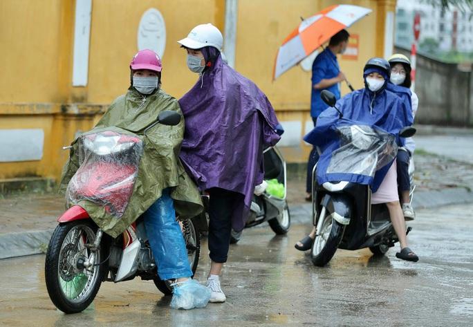"""Phụ huynh đội mưa, đưa hơn 93.000 thí sinh dự kỳ thi """"nóng như lửa"""" - Ảnh 4."""
