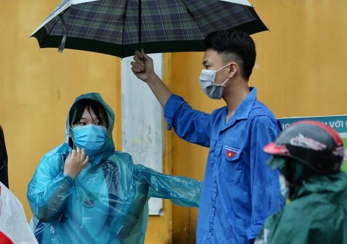"""Phụ huynh đội mưa, đưa hơn 93.000 thí sinh dự kỳ thi """"nóng như lửa"""" - Ảnh 9."""