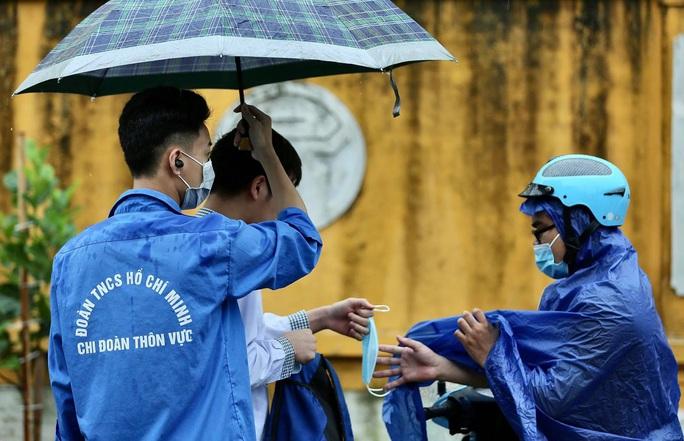 """Phụ huynh đội mưa, đưa hơn 93.000 thí sinh dự kỳ thi """"nóng như lửa"""" - Ảnh 11."""