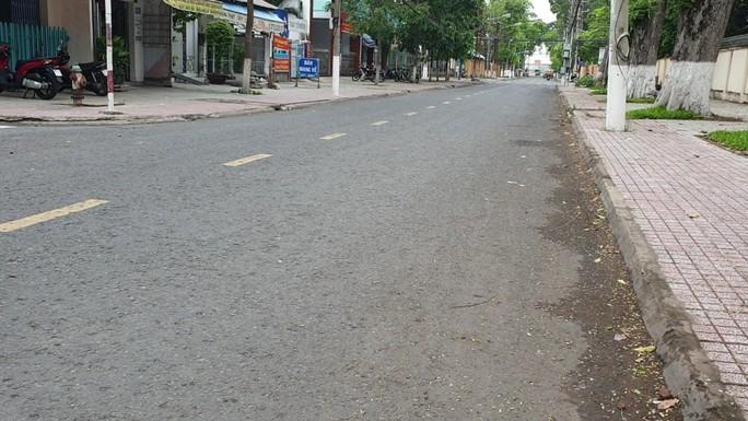 CLIP: Đường phố Tiền Giang vắng tanh ngày đầu giãn cách theo Chỉ thị 15 - Ảnh 6.