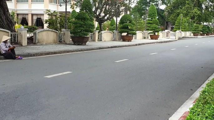 CLIP: Đường phố Tiền Giang vắng tanh ngày đầu giãn cách theo Chỉ thị 15 - Ảnh 3.