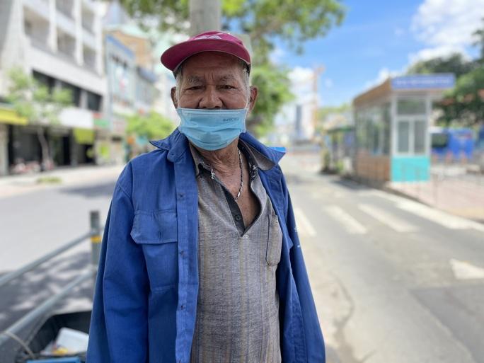 92 tuổi, cụ ông vẫn chạy xe ôm mỗi ngày để ngắm TP HCM - Ảnh 1.