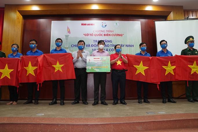 Tặng 10.000 lá cờ Tổ quốc cùng nhu yếu phẩm trị giá 450 triệu đồng cho quân dân biên giới Tây Ninh - Ảnh 4.