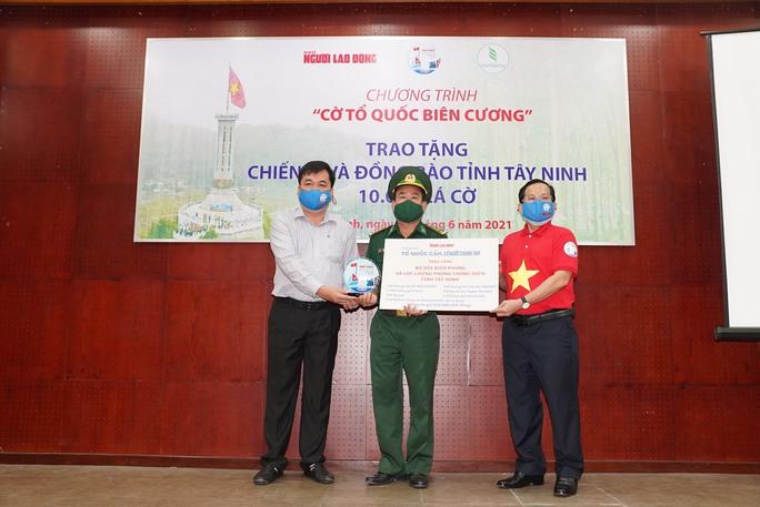 Tặng 10.000 lá cờ Tổ quốc cùng nhu yếu phẩm trị giá 450 triệu đồng cho quân dân biên giới Tây Ninh - Ảnh 6.