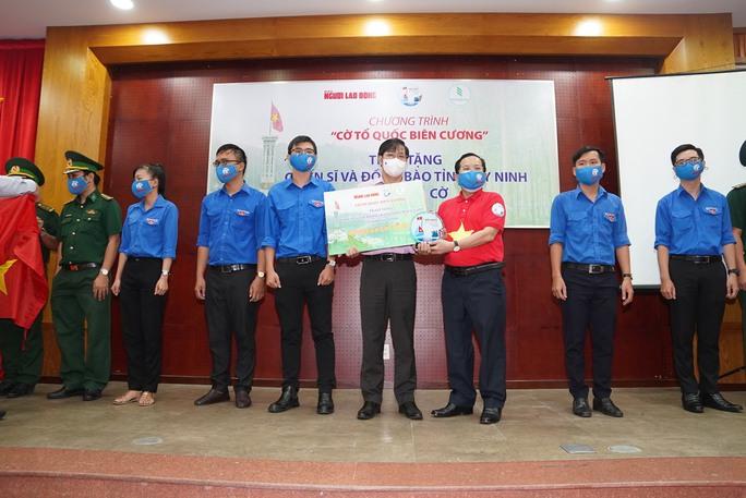 Tặng 10.000 lá cờ Tổ quốc cùng nhu yếu phẩm trị giá 450 triệu đồng cho quân dân biên giới Tây Ninh - Ảnh 5.