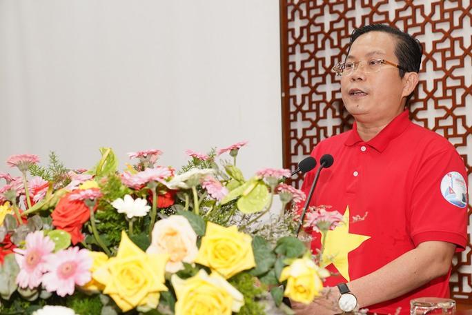 Tặng 10.000 lá cờ Tổ quốc cùng nhu yếu phẩm trị giá 450 triệu đồng cho quân dân biên giới Tây Ninh - Ảnh 3.