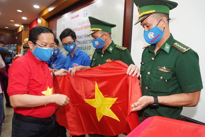 Tặng 10.000 lá cờ Tổ quốc cùng nhu yếu phẩm trị giá 450 triệu đồng cho quân dân biên giới Tây Ninh - Ảnh 1.
