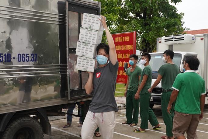 Tặng 10.000 lá cờ Tổ quốc cùng nhu yếu phẩm trị giá 450 triệu đồng cho quân dân biên giới Tây Ninh - Ảnh 11.