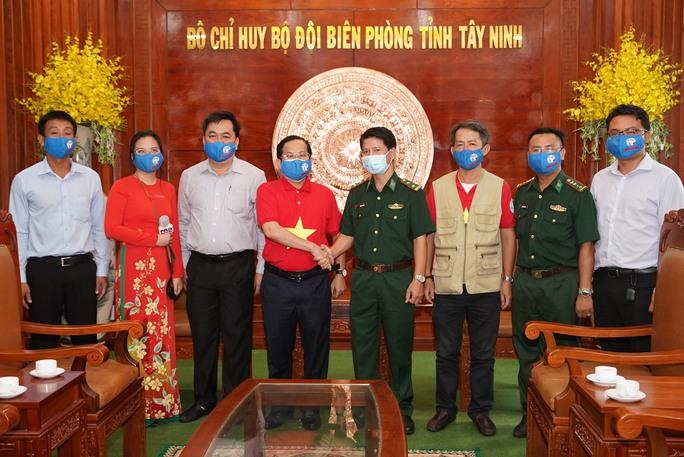 Tặng 10.000 lá cờ Tổ quốc cùng nhu yếu phẩm trị giá 450 triệu đồng cho quân dân biên giới Tây Ninh - Ảnh 8.