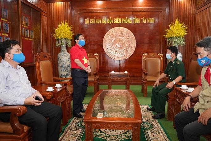 Tặng 10.000 lá cờ Tổ quốc cùng nhu yếu phẩm trị giá 450 triệu đồng cho quân dân biên giới Tây Ninh - Ảnh 7.