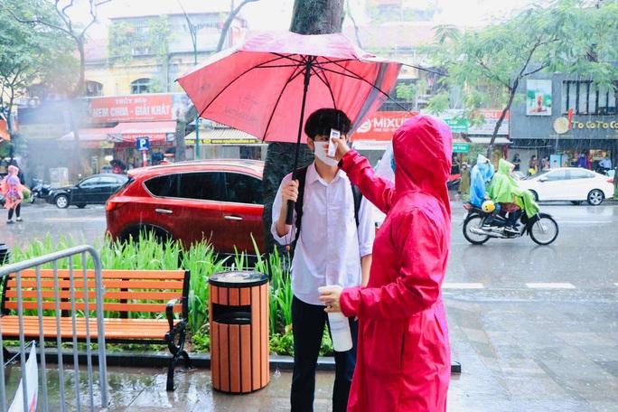 Thí sinh ướt áo vì mưa lớn, giáo viên nhắn bố mẹ mang quần áo đến điểm thi - Ảnh 6.