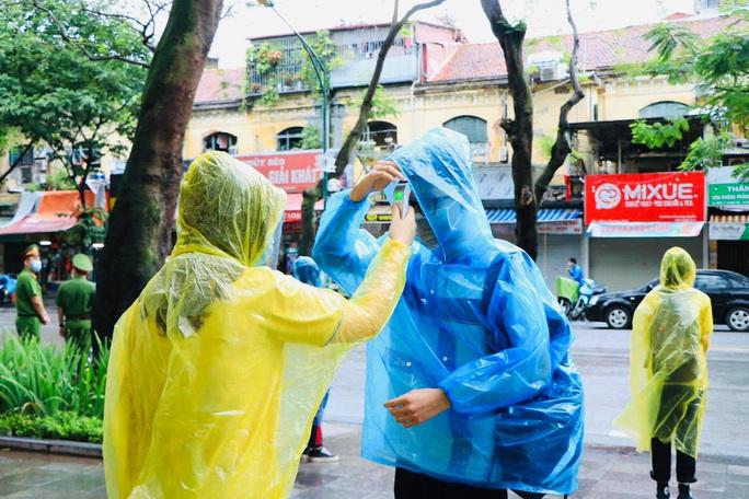 Thí sinh ướt áo vì mưa lớn, giáo viên nhắn bố mẹ mang quần áo đến điểm thi - Ảnh 7.