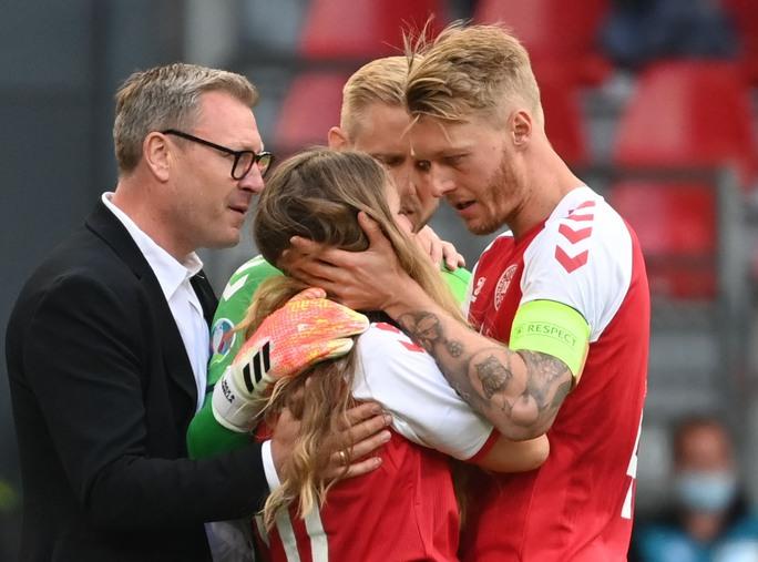 Eriksen đổ gục xuống sân, cầu thủ Đan Mạch, Phần Lan bật khóc - Ảnh 4.
