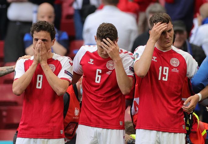 Eriksen đổ gục xuống sân, cầu thủ Đan Mạch, Phần Lan bật khóc - Ảnh 3.